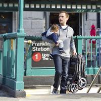 baby jogger CityMini3 Buggy 2016 papa kommt mit kleinkind aus der UBahn Detail Ansicht 07